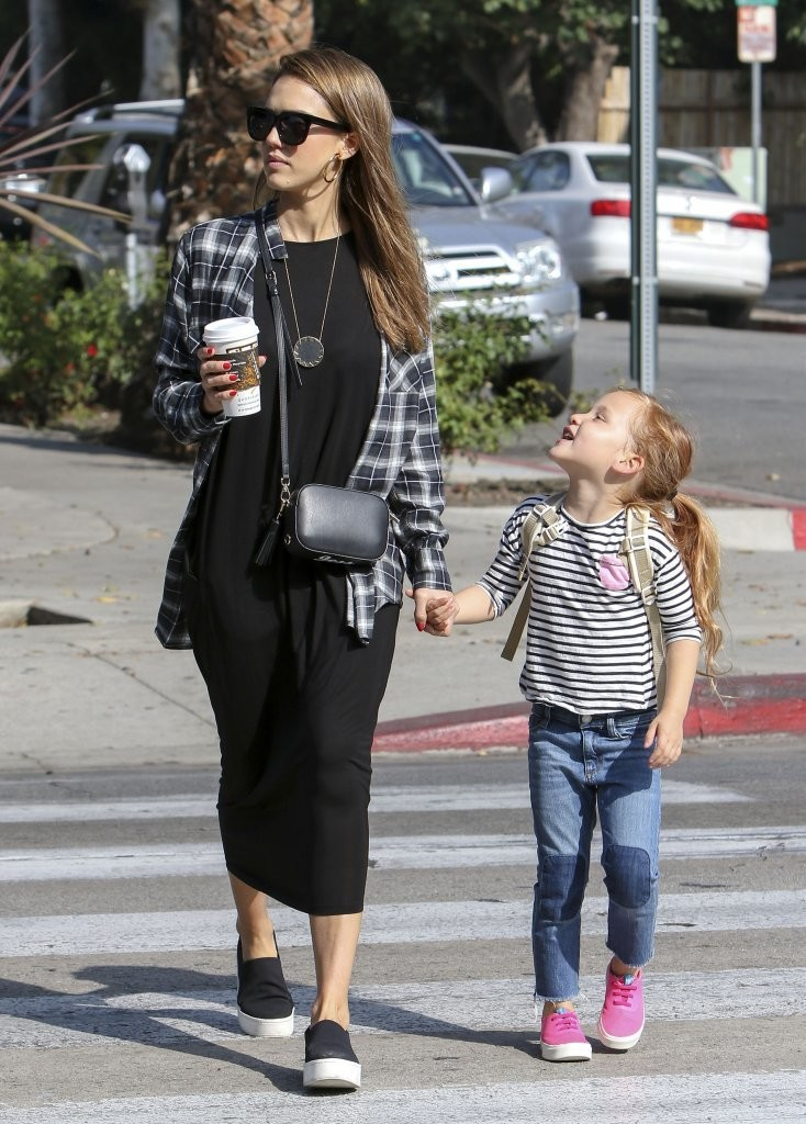 Jessica Alba 39 S Flannel Flair Street Style Ideas From Your Favorite Celeb Moms Livingly