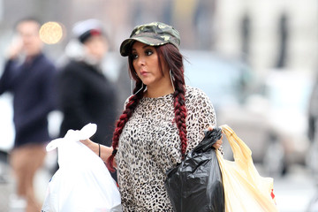 Possibly Pregnant Snooki Steps Out in Skinny Jeans