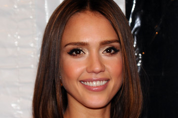 Jessica Alba's Sleek Medium Straight Cut