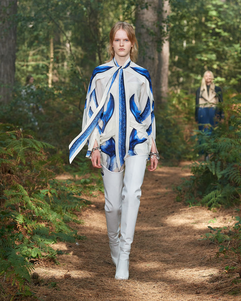 Burberry Prorsum at London Spring 2021 [clothing,fashion,spring,outerwear,electric blue,street fashion,uniform,trousers,forest,outerwear,fashion,spring,bella hadid,street fashion,blue,burberry prorsum,london fashion week,fashion show,new york fashion week,bella hadid,burberry,fashion,london fashion week,fashion show,new york fashion week,ready-to-wear,fashion accessory,trench coat,spring]