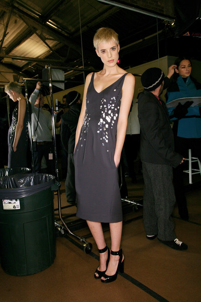 Narciso Rodriguez at New York Fall 2007 (Backstage) [fashion,dress,little black dress,shoulder,fashion design,event,haute couture,dress,dress,supermodel,narciso rodriguez,fashion,haute couture,model,runway,new york fashion week,fashion show,fashion show,litex \u0161aty d\u00e1msk\u00e9 s k\u0159id\u00e9lkov\u00fdm ruk\u00e1vem. 90304901 \u010dern\u00e1 m,model,fashion,haute couture,supermodel,runway,little black dress,socialite,dress]