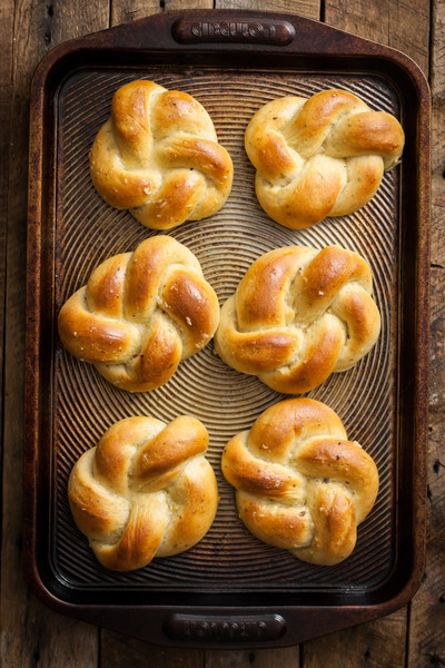 Roasted Garlic & Herb Dinner Rolls - The Most Delicious Vegan-Friendly ...