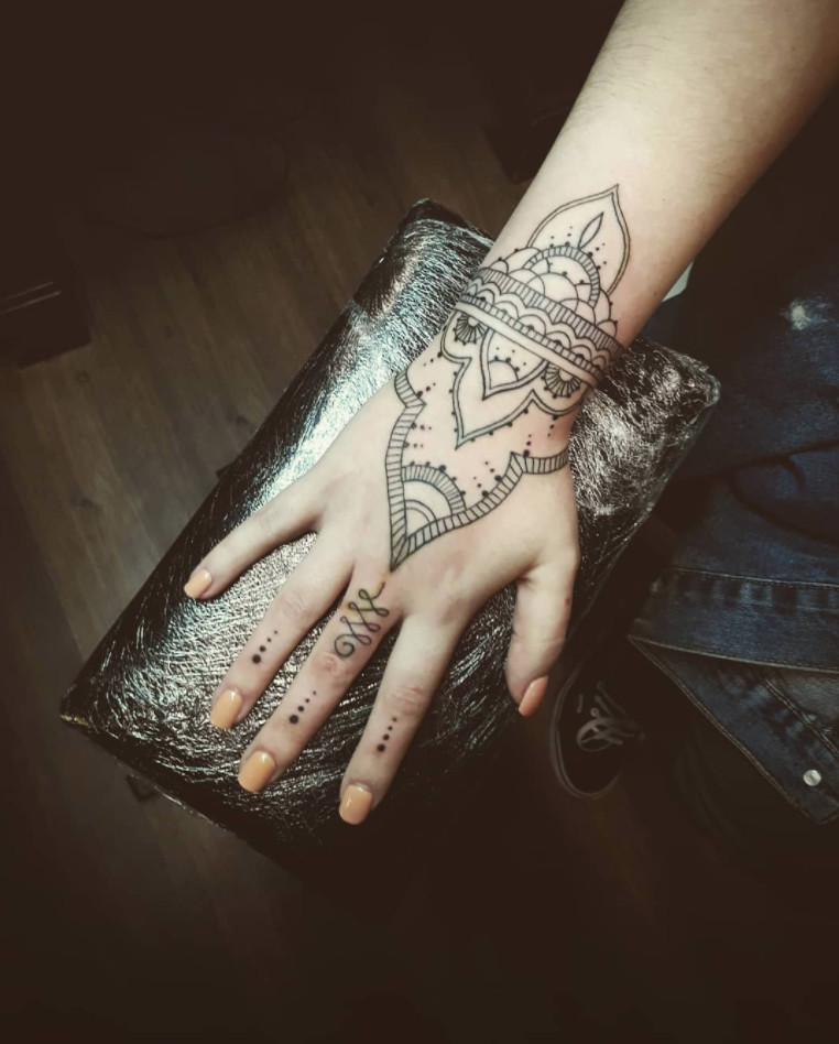 Inflicting Ink Tattoo Henna Themed Tattoos: Fresh And Creative Finger Tattoos For