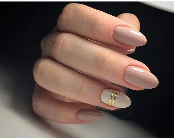 Touch of gold these neutral nails are the epitome of - Nageldesign beige gold ...